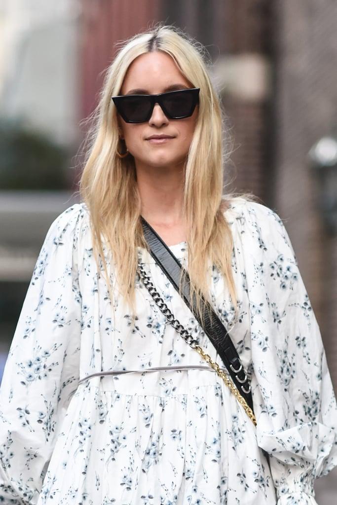 Девушка в больших солнцезащитных очках с черной пластиковой оправой