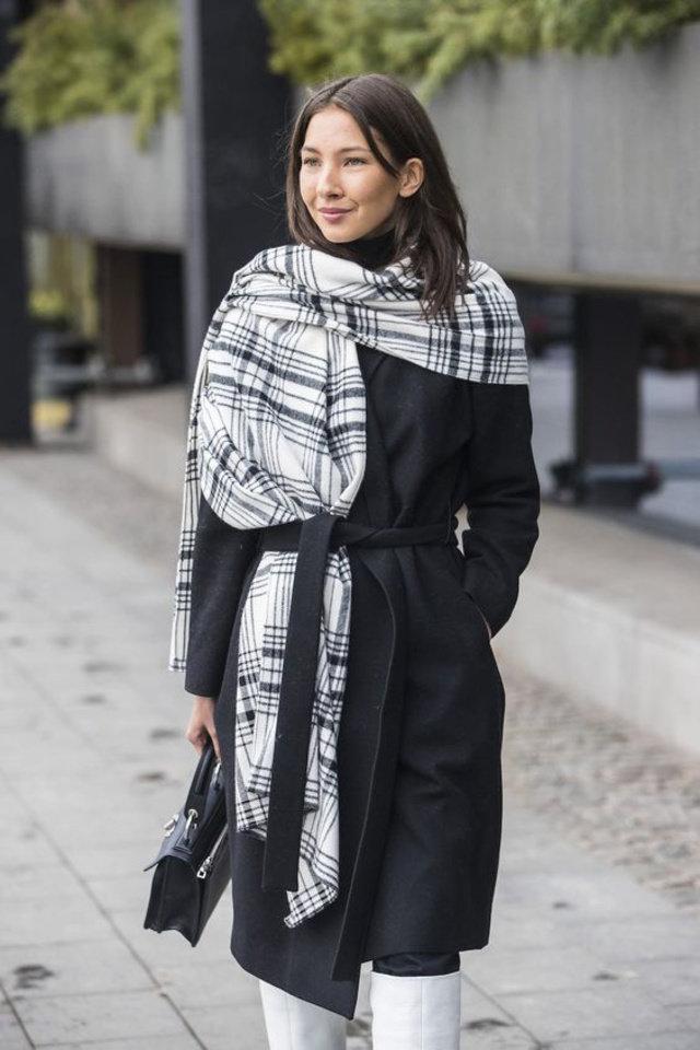 Девушка в черном пальто и белый шарф в черную клетку