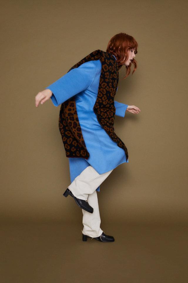 Девушка в голубом пальто, белые широкие брюки и леопардовый шарф