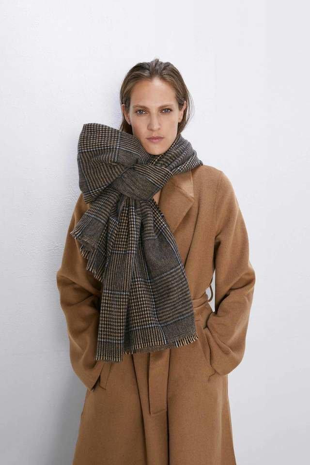 Девушка в коричневом пальто и шарф в клетку