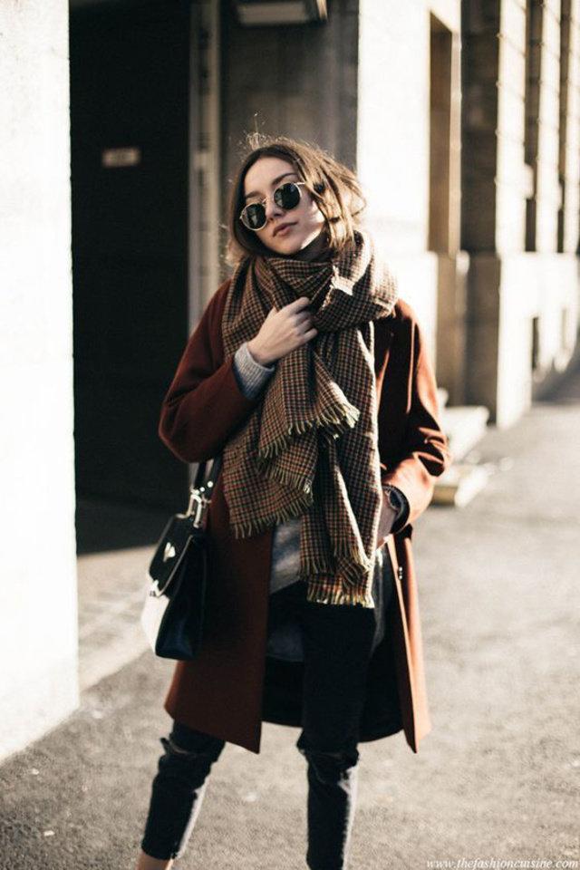 Девушка в коричневом пальто, шарф в клетку и джинсы