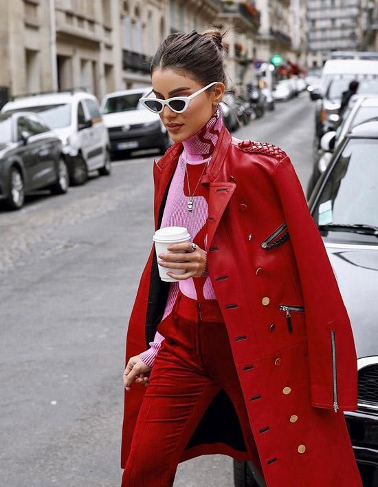 Девушка в красном кожаном пальто, бархатные брюки и розовая водолазка