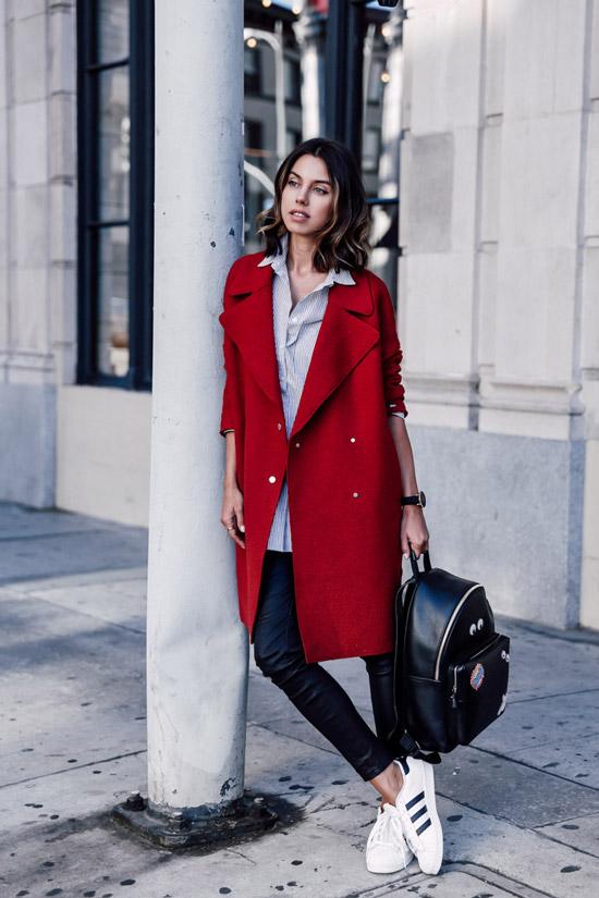 Девушка в красном пальто, черные леггинсы и рубашка