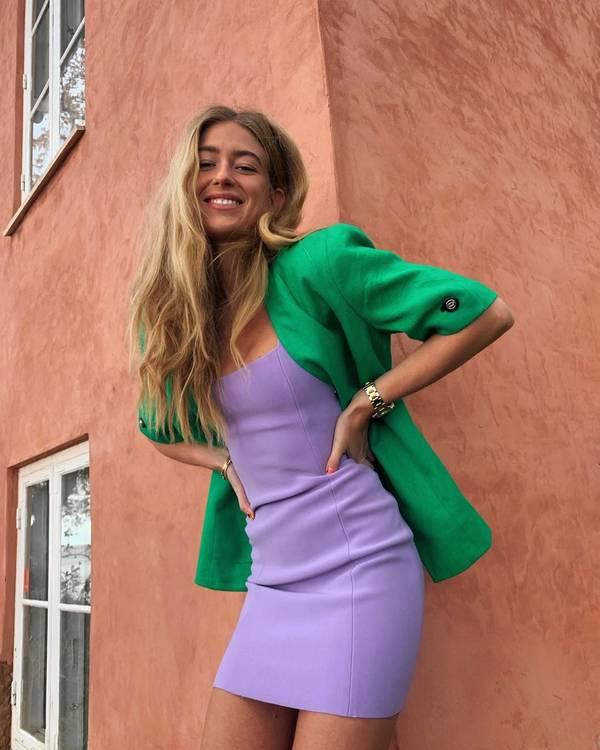 Девушка в лиловом мини платье, зеленый жакет