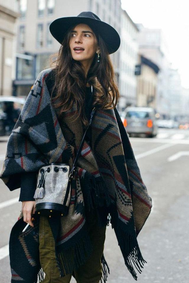 Девушка в пончо с геометрическим принтом и шляпа