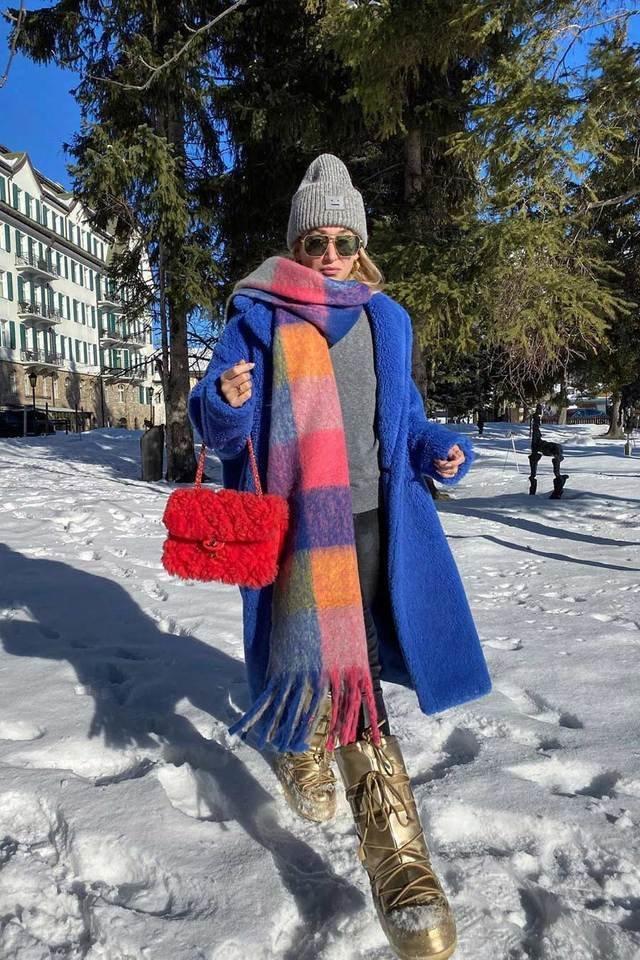 Девушка в синем пальто, палатнтин в клетку и красная сумочка