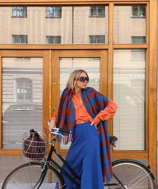 Девушка в синей длинной юбке, оранжевая рубашка и яркий палантин