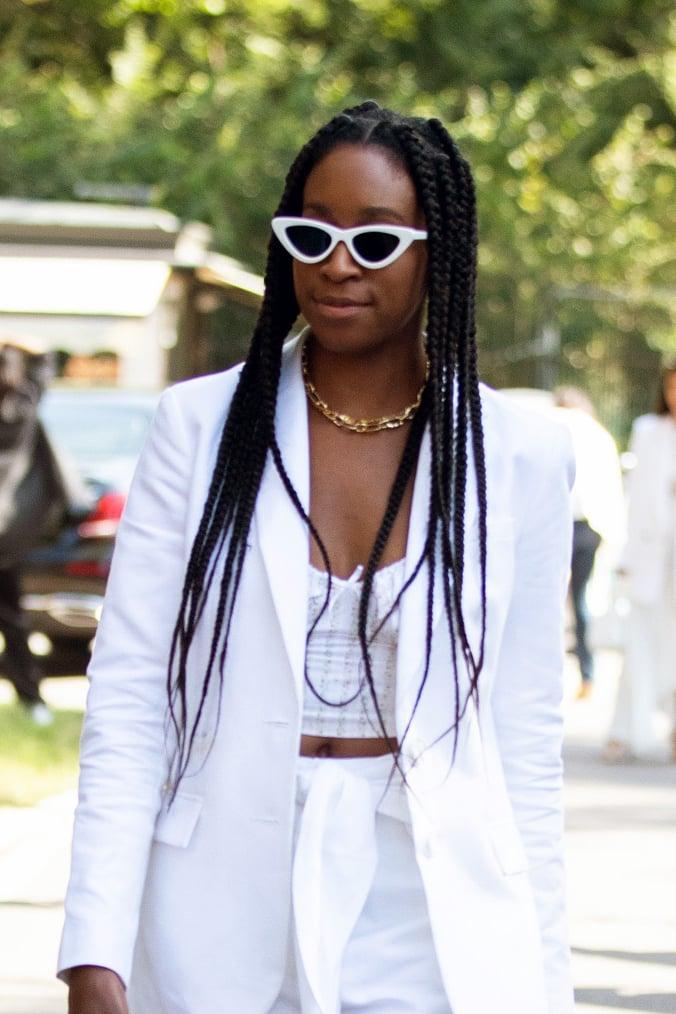 Девушка в солнцезащитных очках с белой оправой