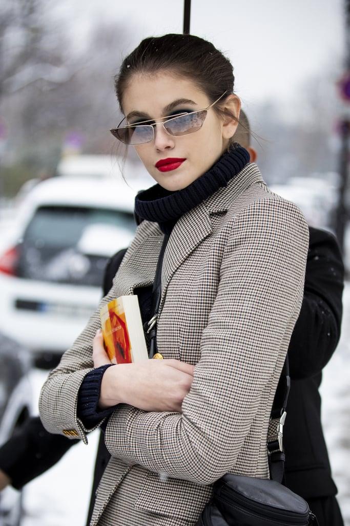 Девушка в солнцезащитных очках с тонкой оправой