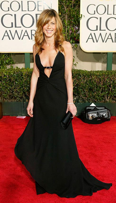 Дженнифер енистон в черном вечернем платье с глубоким декольте