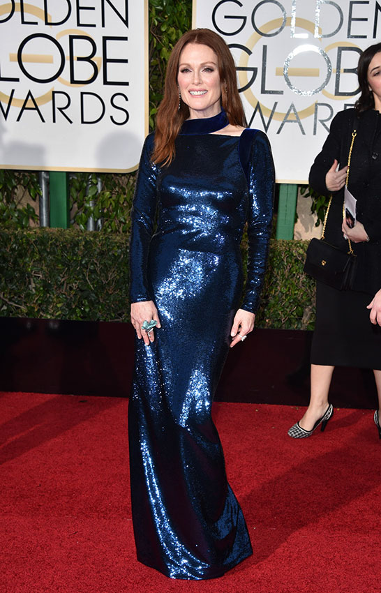 Джулианна Мур в блестящем синем платье с длинными рукавами