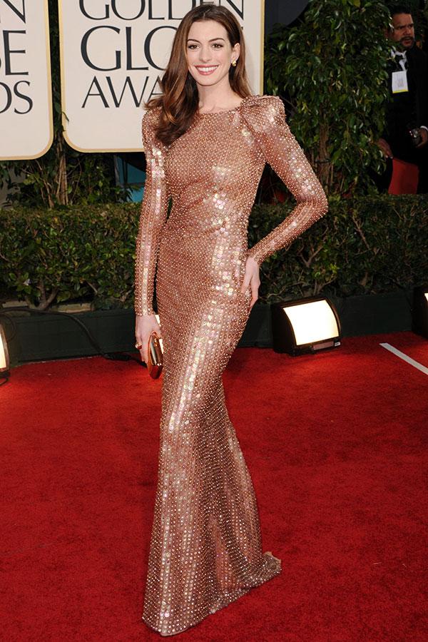 Енн Хетеуей в облегающем золотом платье с длинными рукавами