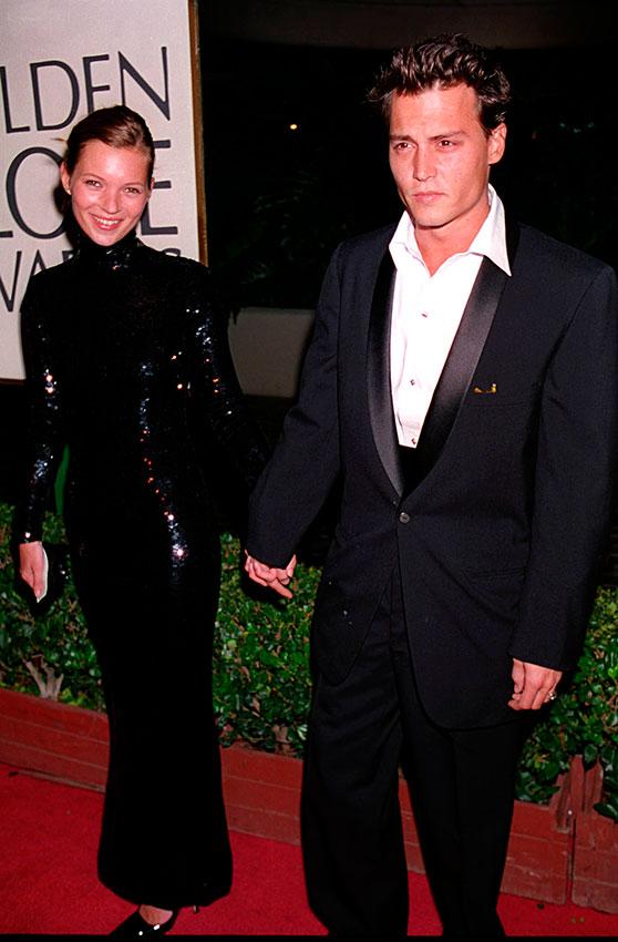 Кейт Мосс в черном облегающем платье с длинными рукавами