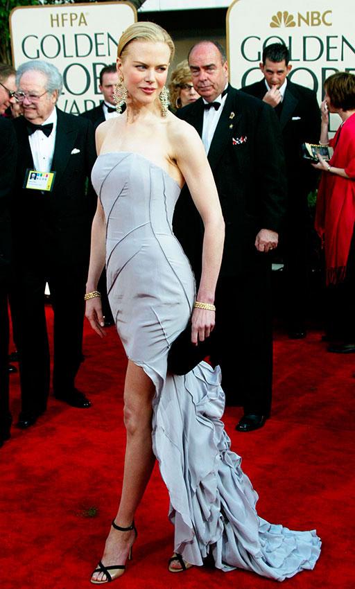 Николь Кидман в сером платье бюстье с длинным шлейфом