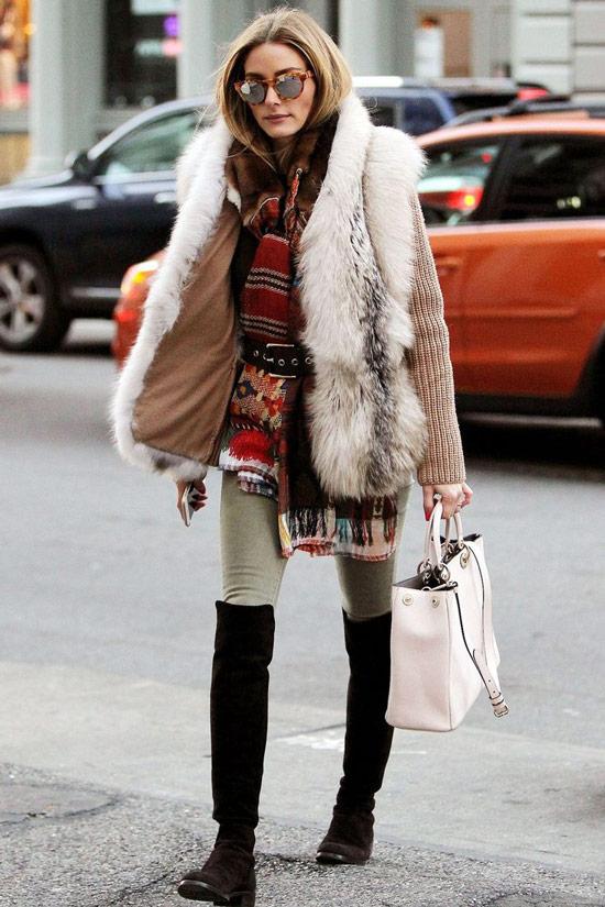 Оливия Палермо в меховой жилетке, пестрый шарф и светлые леггинсы