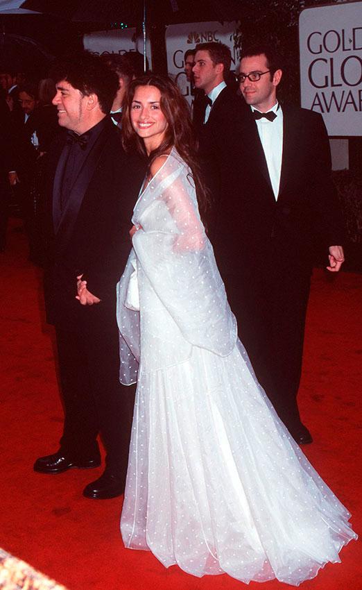 Пенелопа Крус в белом свадебном платье с прозрачной накидкой