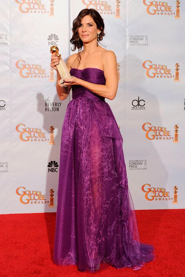 Сандра Буллок в вечернем фиолетом платье из органзы