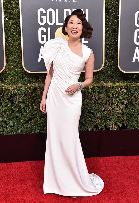 Сандра О в белом платье с драпировкой сверху