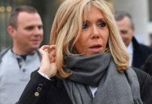 Первая леди Франции в полосатом костюме, белой блузе и черных ботинках выглядит шикарно