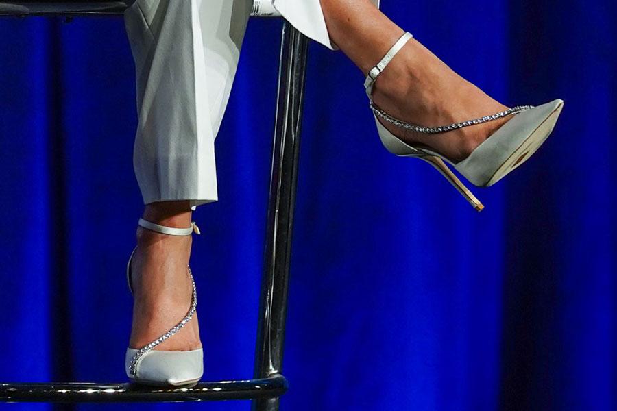 Дженнифер Лопес в белых туфлях с хрустальной цепочкой от Jimmy Choo