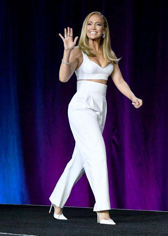 Дженнифер Лопес в белых брюках с высокой талией и кроп-топе
