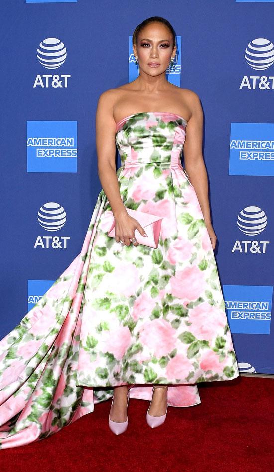 Дженнифер Лопес в королевском платье со шлейфом на вречение премии