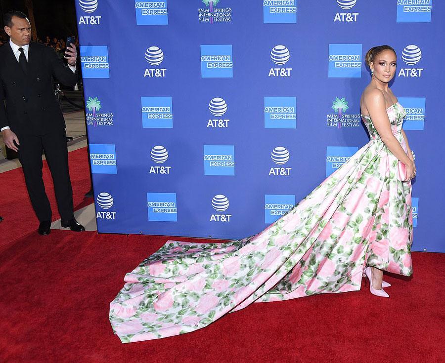 Дженнифер Лопес в розово-зеленом цветочном платье с длинным шлейфом