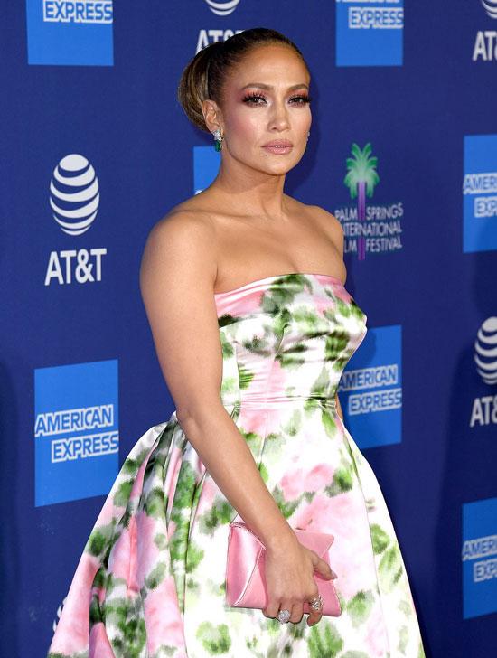 Дженнифер Лопес в платье без брителек и с розовым клатчем в руках