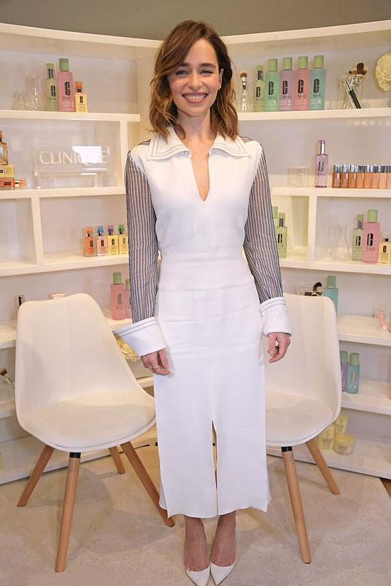 Эмилия Кларк в белом платье-миди и туфлях на шпильке