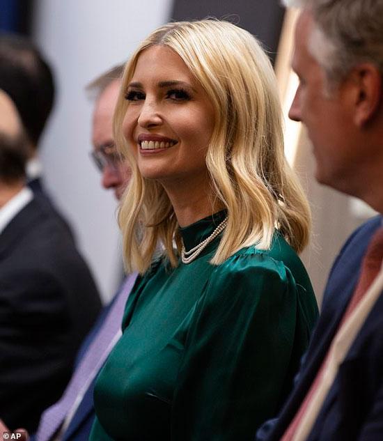 Иванка Трамп в изумрудном платье и жемчужном ожерелье