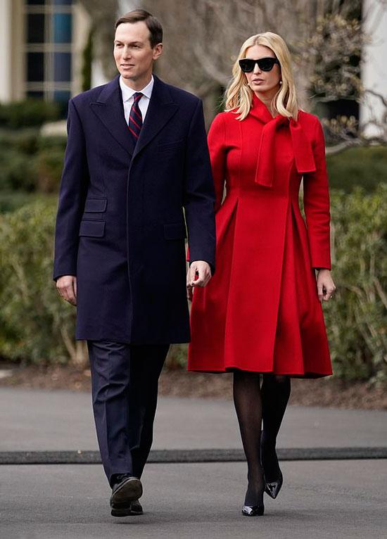 Иванка Трамп в красном пальто А-силуэта и черных лодочках