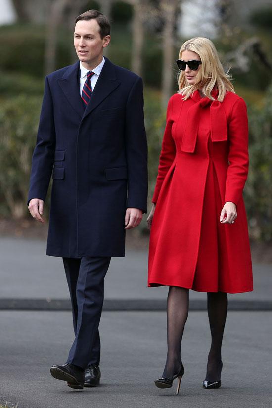Иванка Трамп в красном пальто и больших черных очках