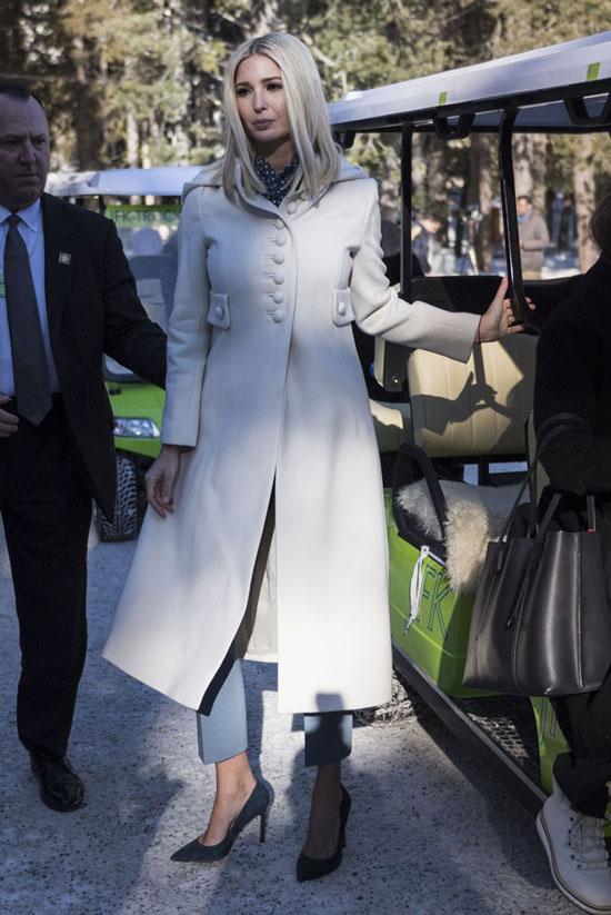 Иванка Трамп в кремовом пальто миди в стиле милитари