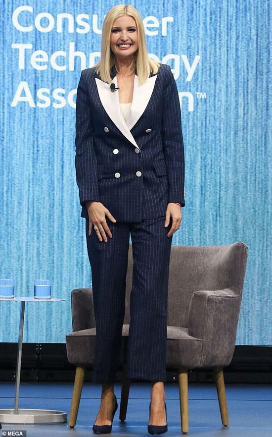 Иванка Трамп в темно-синем костюме и классических лодочках