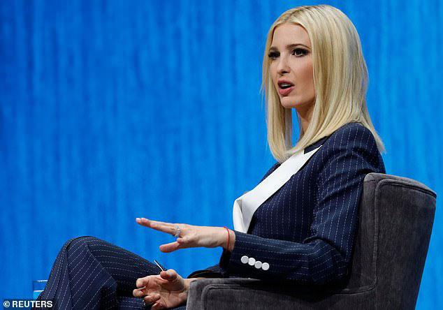 Иванка Трамп в темно-синем костюме с белыми лацканами