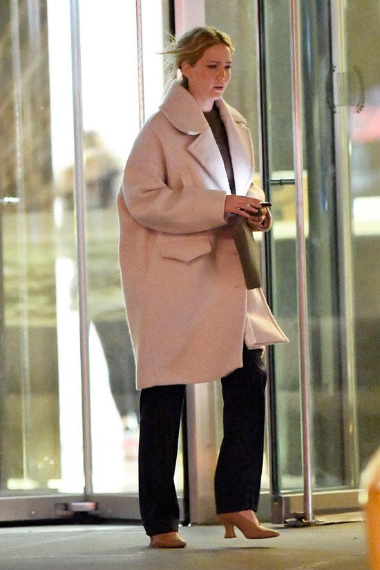 Дженнифер Лоуренс в пальто оверсайз и черных брюках