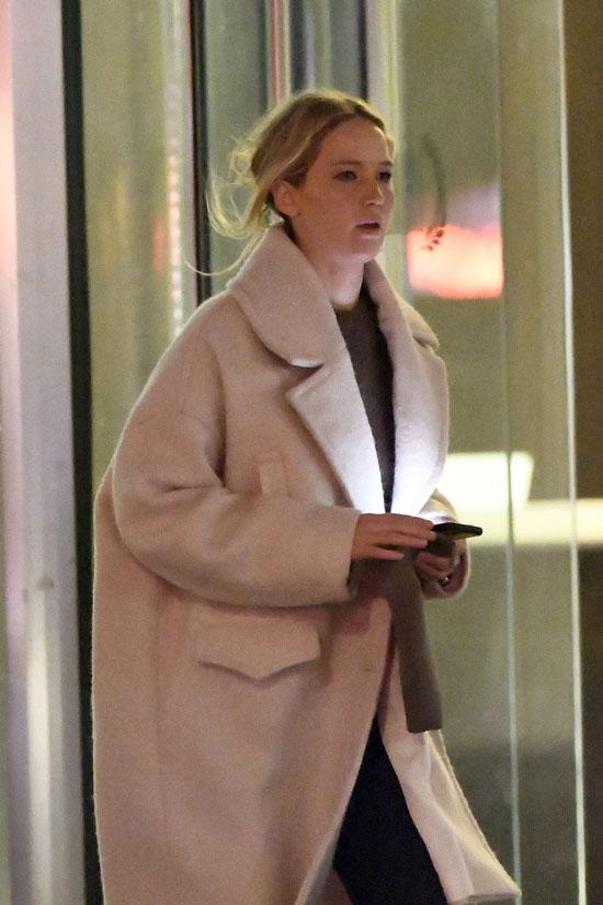 Дженнифер Лоуренс в пальто оверсайз и футболке