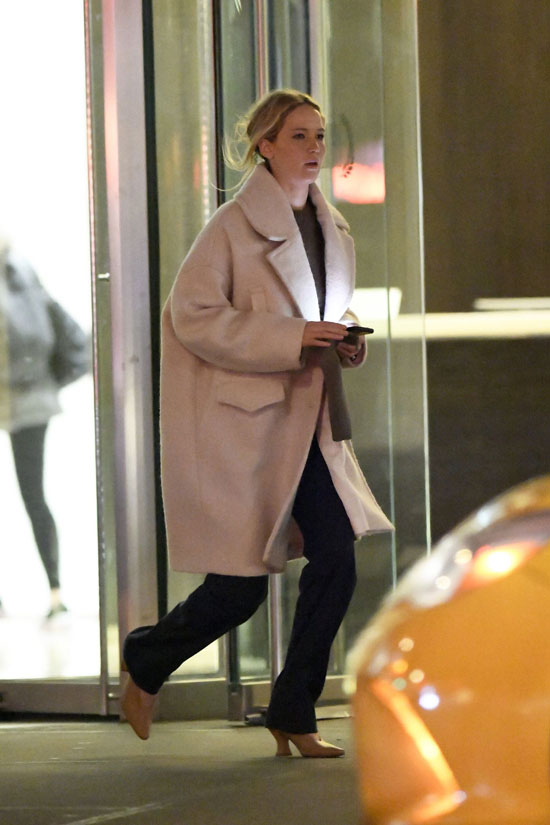 Дженнифер Лоуренс в пальто оверсайз и туфлях на каблуке от Bottega Veneta