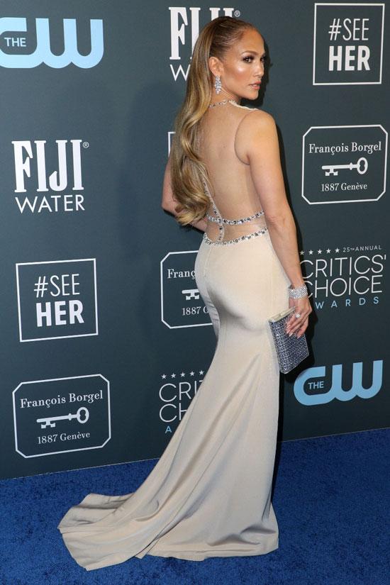 Дженнифер Лопес в кремовом платье со стразами и открытой спиной на церемонии Critics Choice Awards