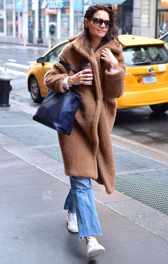 Кэти Холмс в плюшевом пальто и голубых джинсах