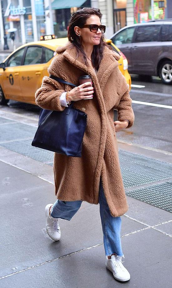 Кэти Холмс в плюшевом пальто, белых кедах и голубых джинсах