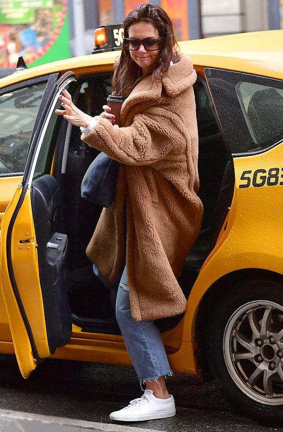 Кэти Холмс в плюшевом пальто выходит из такси