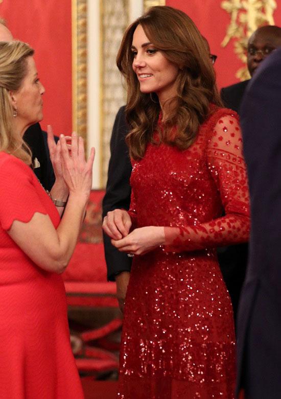 Кейт Миддлтон в красном платье со тразами и длинными рукавами