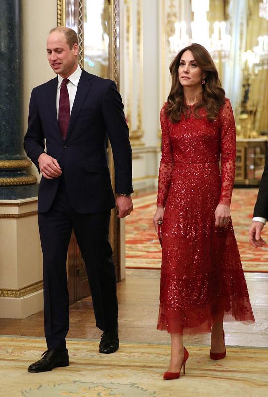 Кейт Миддлтон в красном платье со тразами и замшевых лодочках