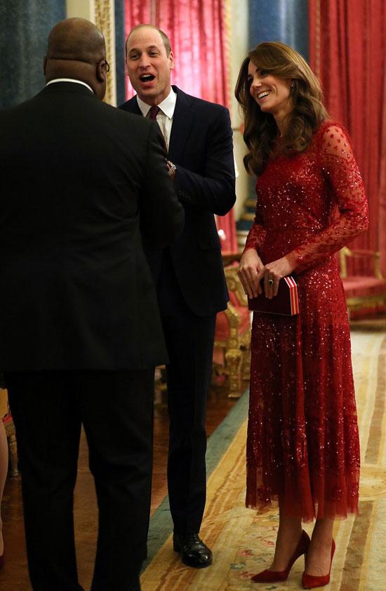 Кейт Миддлтон в красном платье, классических лодочках и с красным клатчем