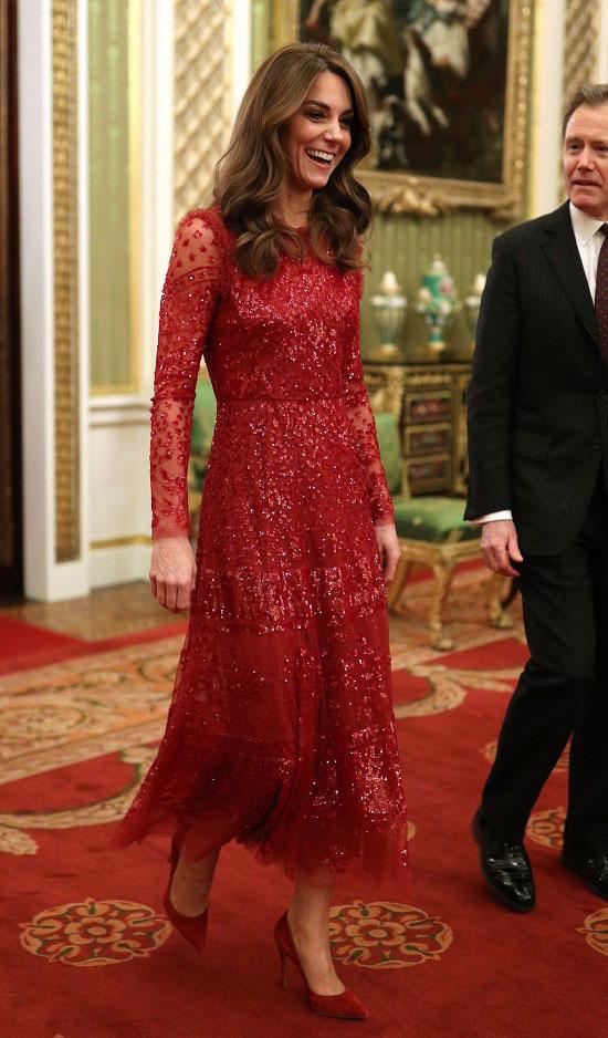 Кейт Миддлтон в красном приталенном платье и классических лодочках