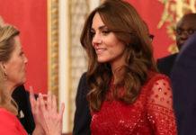 Кейт Миддлтон в красном платье со стразами и классических лодочках захватывает внимание