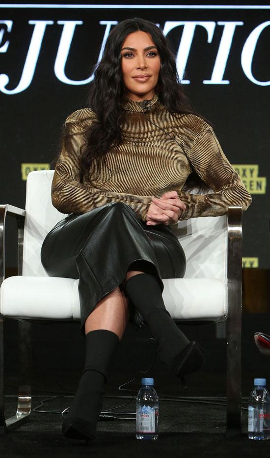 Ким Кардашьян в золотой водолазке и черной юбке миди