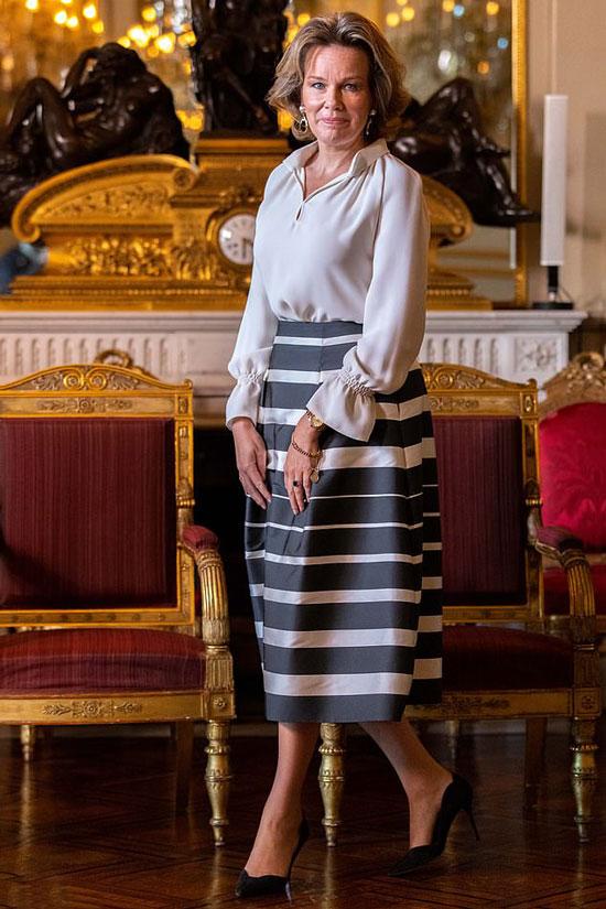 Бельгийская королева Матильда в шелковой блузе и юбке миди в полоску
