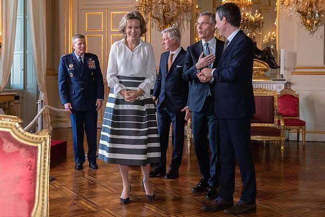 Бельгийская королева Матильда в белой шелковой блузе и юбке миди